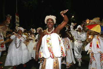 Bahianas del Bloco Ilê Aiyê desfilando en el carnaval de Bahía