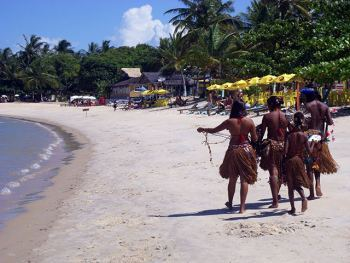 Niñas pataxós vendiendo collares en la playa