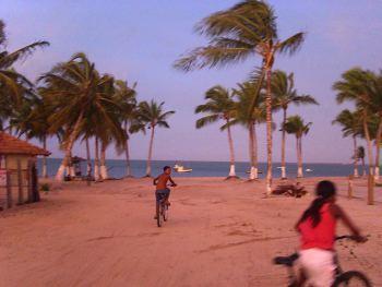 Niños en bicicleta cerca de la aldea indígena