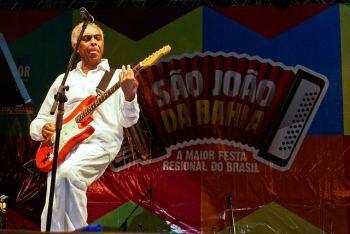 Gilberto Gil tocando en fiesta de São João - Salvador de Bahía